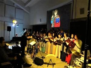 """""""ONCE UPON A TIME L'AQUILA""""  Musica, canto e immagini: a Casa Onna il Concentus Serafino Aquilano incanta il pubblico"""