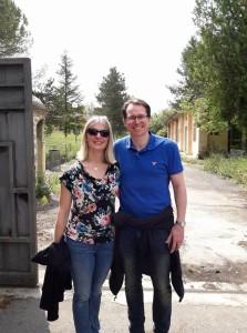Teresa-Clowes-Bartholomew-col-marito-davanti-allentrata-del-Campo-78