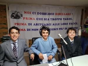 la classe IE con la docente Alessandra Angelucci e la giornalista Azzurra Marcozzi a Radio G