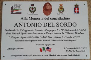 "Targa in memoria del soldato USA Antonio Del Sordo morto in Francia nella 1° G.M.  Presente una delegazione militare americana ""U.S. Naval Forces Europe – Allied Forces Band USA"".  Ricordati 4 caduti e 15 sopravvissuti militari giuliesi che indossarono la divisa USA  Due le salme rientrate dalla Francia negli anni '20."