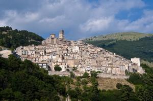 """Castel del Monte (AQ): conferita ad insigni personalità """"La valigia di cartone""""  L'11 agosto l'8^edizione del Premio, in grande smalto, nel magnifico Borgo sotto il Gran Sasso."""