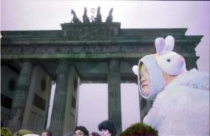 LA CADUTA DEL MURO DI BERLINO IN UNA MOSTRA FOTOGRAFICA A BOLOGNA – BERLIN, BRANDENBURGER TOR 1989.