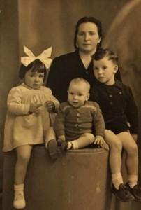 Maria Giampetrone Campagna con i figli Anna, Vincenzo e Tito